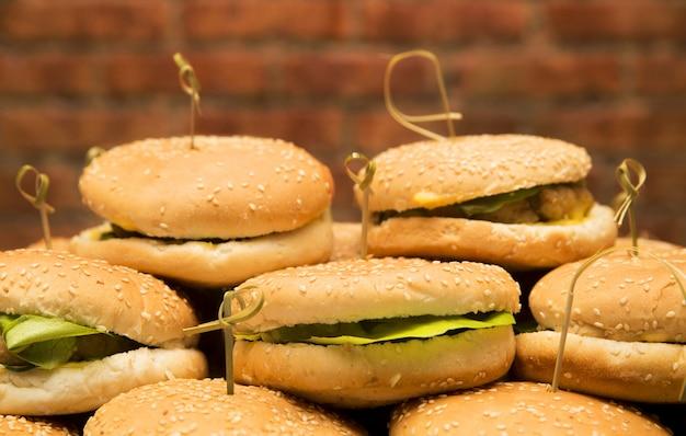 レンガの壁にハンバーガーのプレート