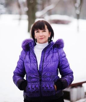 冬の日を楽しむ美しい大人の女性