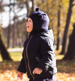 Счастливый маленький мальчик в парке