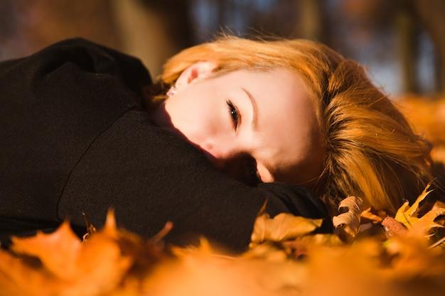 Красивая женщина на осенних листьях
