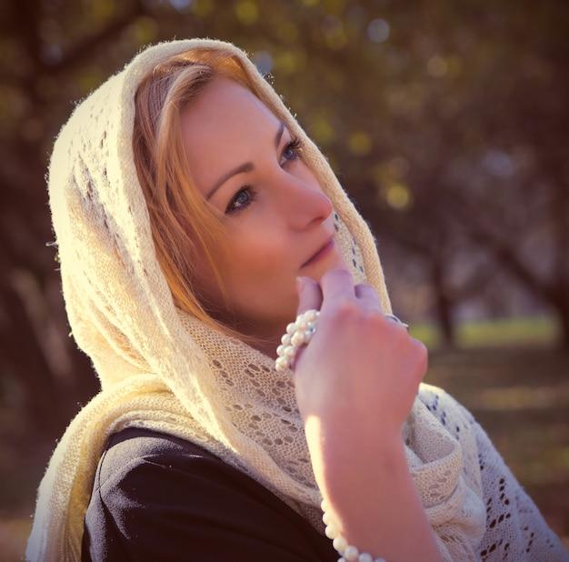 Молодая красивая женщина с шалью