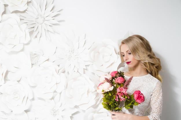 スタイリッシュなメイクで若い美しい花嫁の肖像画