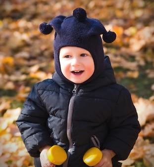 ダンベルと幸せな小さな男の子の肖像画