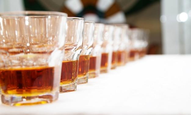 Бокалы с виски на белом столе