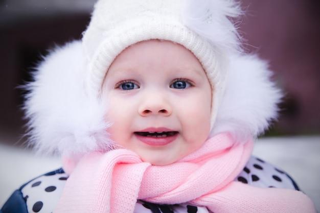冬のスーツの小さなかわいい女の子