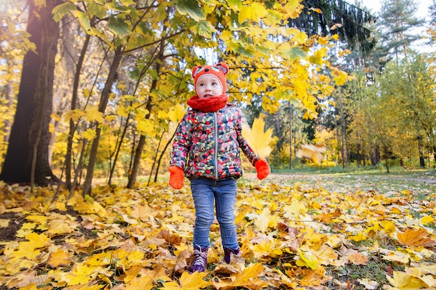 秋の公園の少女