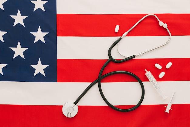 聴診器、薬、アメリカの国旗のワクチン