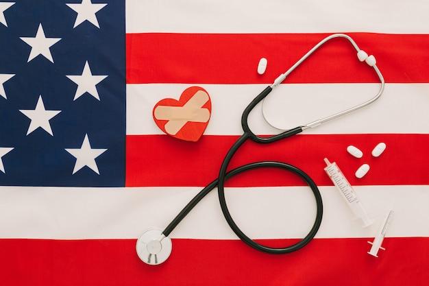 聴診器、薬、アメリカの国旗の中心部に近いワクチン
