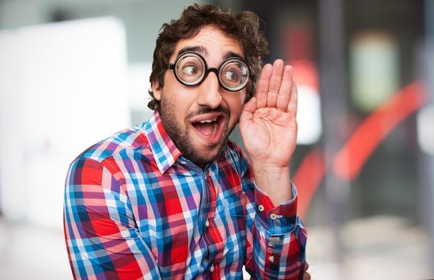 厚い眼鏡を持つ男