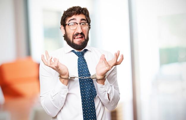 驚いた男は手錠をかけられ
