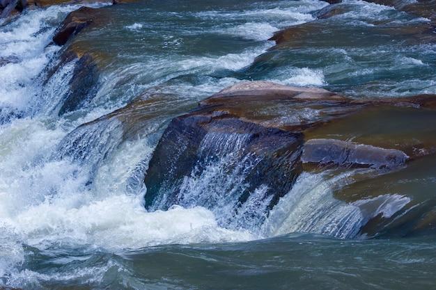 山の石の上の川の滝カスケード