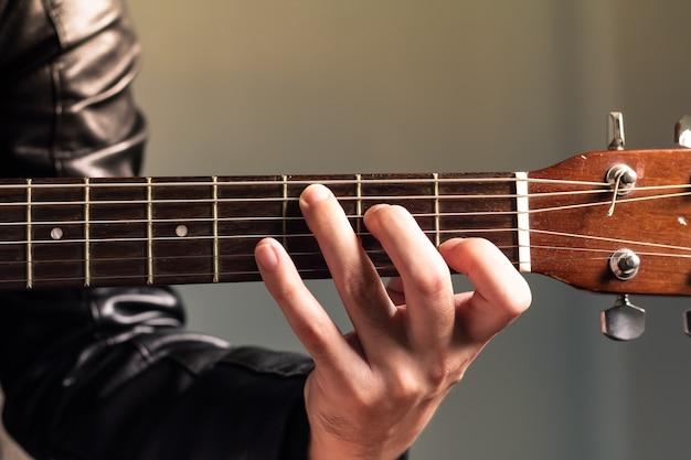 古典的なギターを持つ男