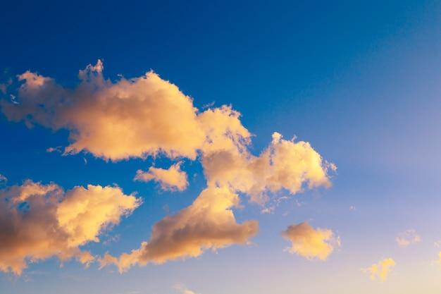 ピンクのバニラ天国。穏やかな積雲の雲と明るい青空。夜明けの夏の背景。