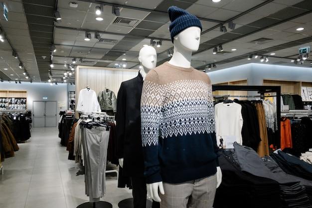 ショッピングセンター、秋と冬のコレクションの店で男性の男のカジュアルな服に身を包んだマネキン