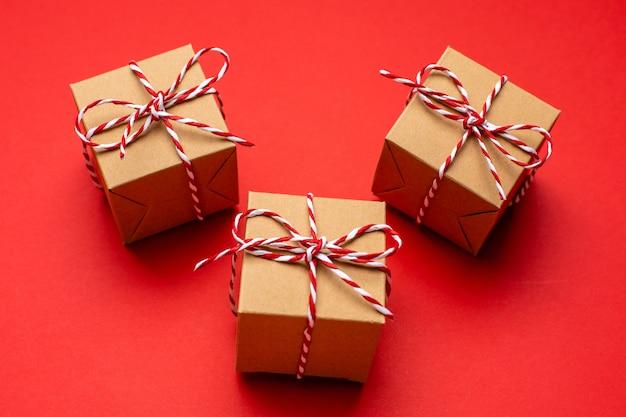 赤い色の背景上のクリスマスプレゼント。