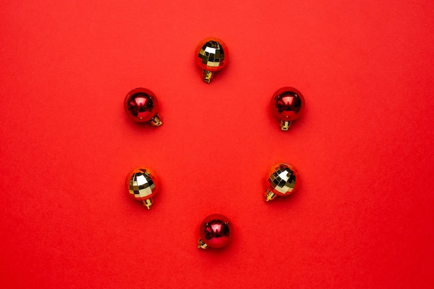 赤の背景に赤と金のクリスマスデコレーションボール。