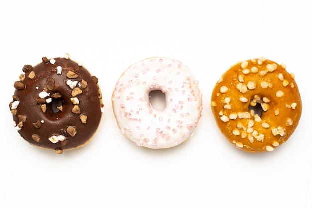 Сладкие шоколадные, карамельные и клубничные пончики