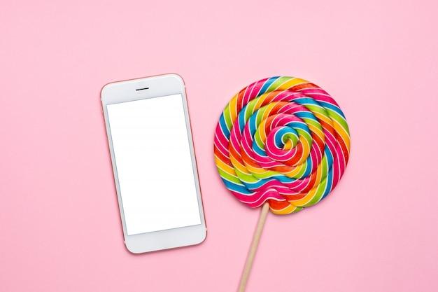 カラフルなロリポップとピンクの携帯電話