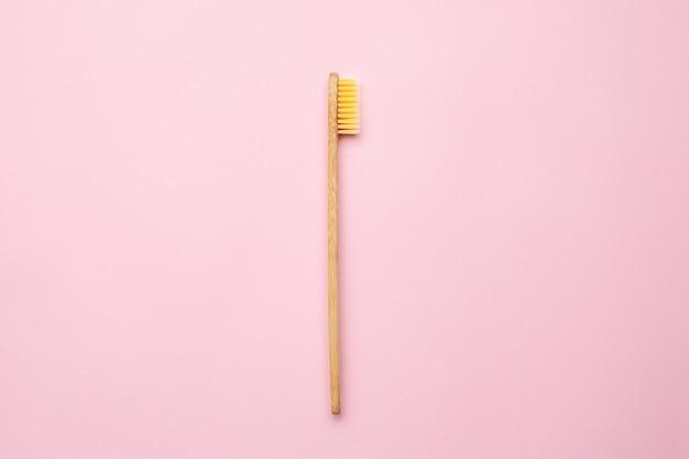 ピンクのエコ木製歯ブラシ