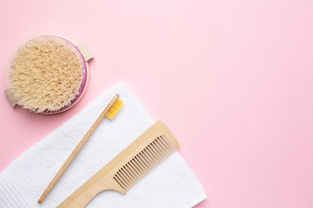 Эко деревянная зубная щетка, расческа и щетка для сухого массажа на розовом