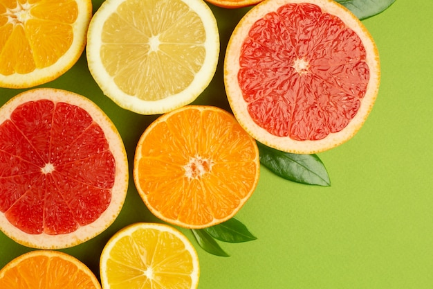 柑橘類、フルーツフラットレイ、グレープフルーツ、レモン、マンダリン、オレンジの夏の最小限の構成