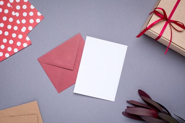 プレゼントカードとグレーのサテンリボン付きボックスのギフト