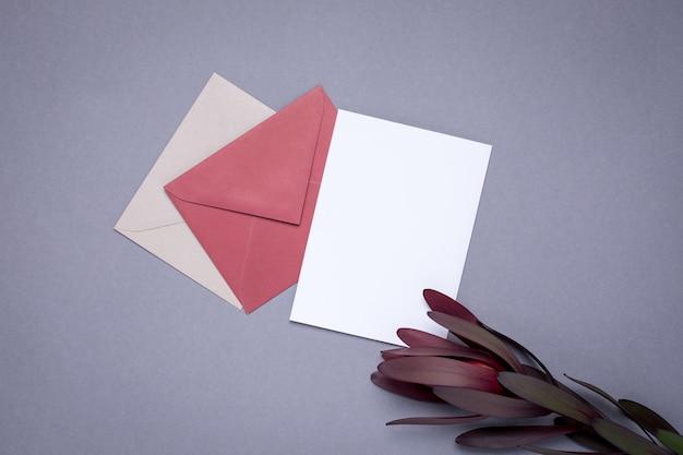 現在のカードとグレーの花のバーガンディ色