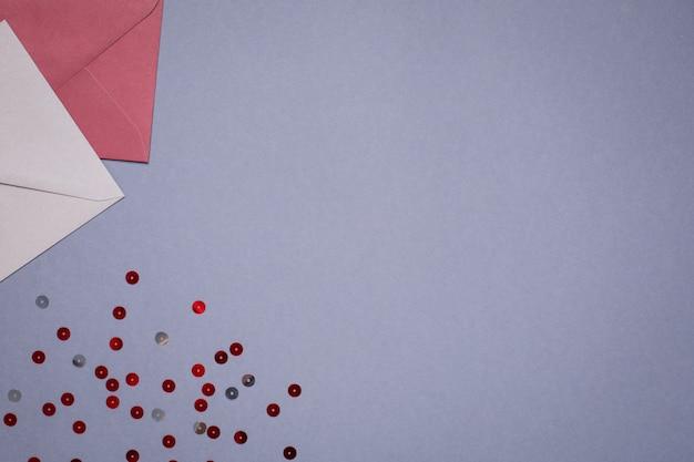 Подарочные конверты бордового цвета на сером