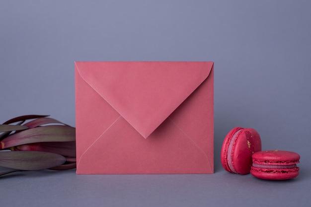封筒バーガンディ色とグレーの花