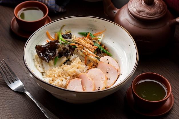 Рис с курицей и грибами в азиатском ресторане