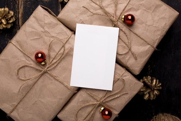木の表面に新年装飾クリスマスのグリーティングカード