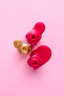 ピンクの化粧品のピンクとゴールドのマニキュア
