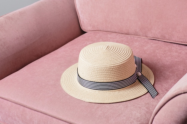 ピンクの椅子に麦わら帽子
