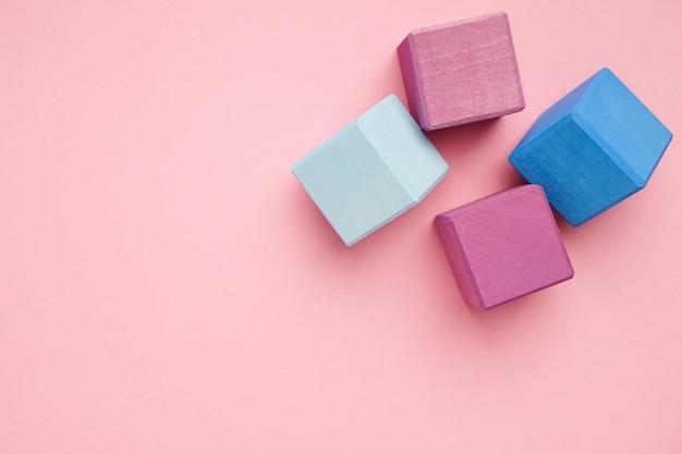 カラフルな木製キューブ。創造性のおもちゃ。子供のビルディングブロック