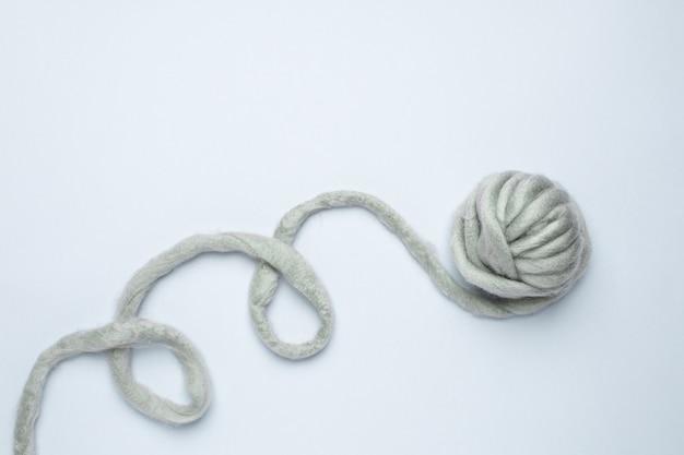 青色の背景の最小限のスタイルに太い灰色の糸