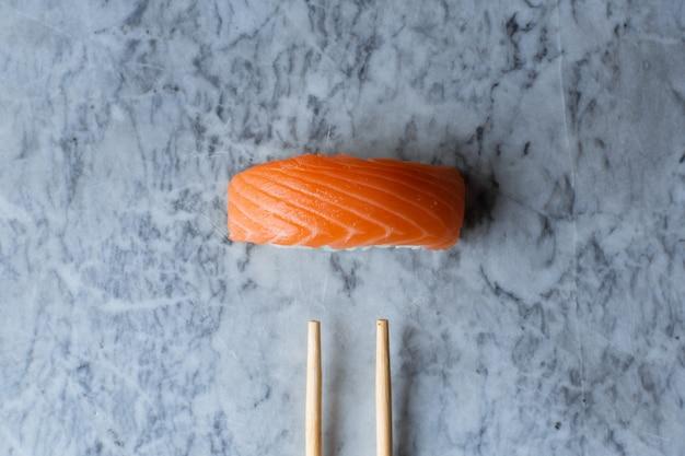 大理石の表面にサーモンの握り寿司