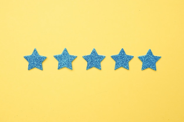 Голубой блеск звезд на ярко-желтом, рейтинг пять звезд