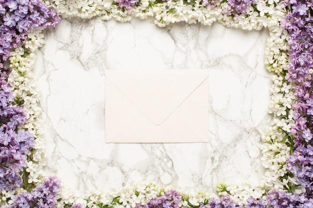 白いライラックと紫の花のフレームの背景