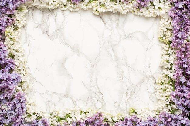 Рамка из белых сиреневых и фиолетовых цветов