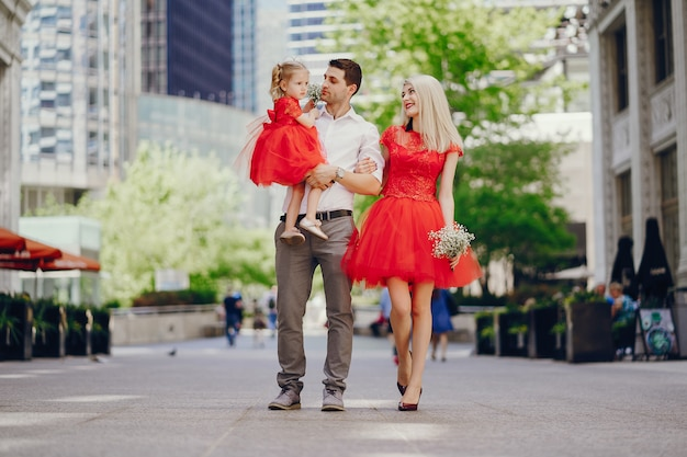 Молодая красивая семья, ходить по городу с дочерью