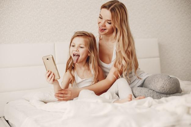 かわいい金髪の娘を持つ母親