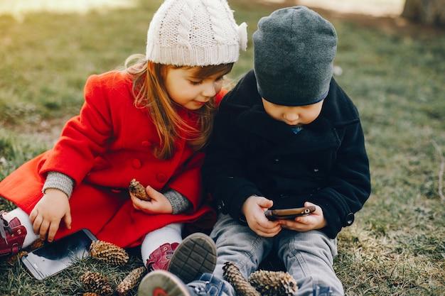 Маленькие дети в парке