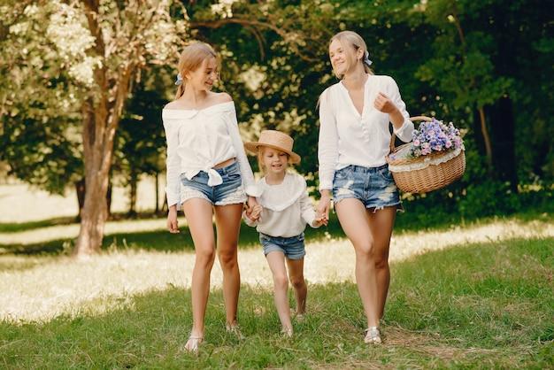 公園にいる娘と母親