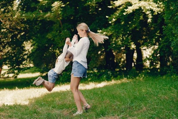 公園で娘と母親