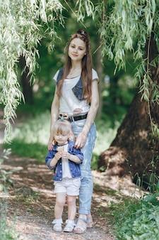 Мать улыбается с ее маленькой дочерью