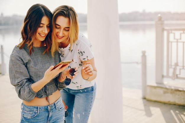 Две девушки в летнем парке