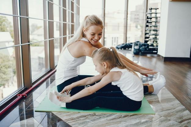 Мать с дочерью в спортзале
