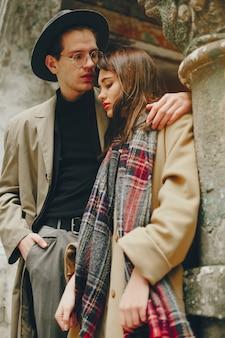 暗い街の流行のカップル