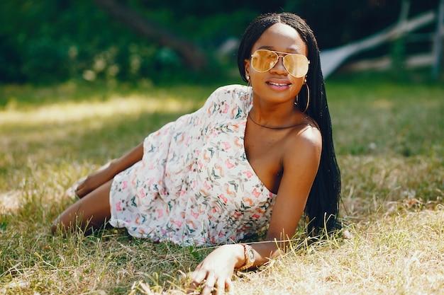 公園のスタイリッシュな黒人の女の子