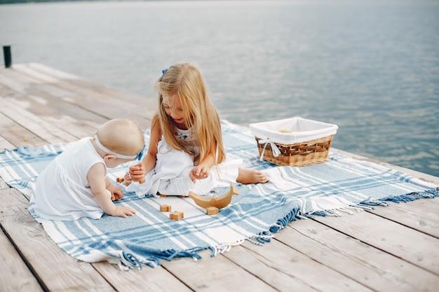 小さな娘、湖の近く